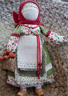 Народная кукла Рябинка (красный, зеленый,бежевый) – купить в интернет-магазине на Ярмарке Мастеров с доставкой - 82TSWRU
