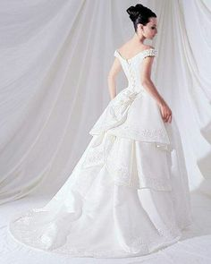 Wedding gowns dresses - look stunning and impress everyone. Are you on the ultimate style hunt for the hottest look for prom dresses? Victorian Gown, Victorian Fashion, Victorian Bride, Perfect Wedding Dress, White Wedding Dresses, Dream Wedding, Weeding Dresses, Double Wedding, Fantasy Wedding