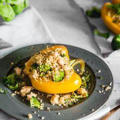 Gefüllte Paprika mal ganz leicht: Gesunder Quinoa, zierliche Cannellini Bohnen und knalliger Brokkoli - getoppt mit veganem Parmesan.