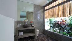 Villa 4 kamar disewakan harian di Bali. salah satu kamar mandi dengan tanaman tropis di villa Thiara