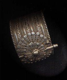 yemen jewelry by jordan craft center Ethnic Jewelry, Mughal Jewelry, Indian Jewelry, Jewelry Art, Antique Jewelry, Jewelery, Jewelry Bracelets, Silver Jewelry, Jewelry Design