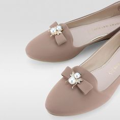 24 Comfortable Flat Shoes Every Girl Should Keep shoes womenshoes footwear shoestrends Source by tiobitocen comfortable Cute Shoes, Me Too Shoes, Modele Hijab, Keep Shoes, Womens Summer Shoes, London Shoes, Comfortable Flats, Beautiful Shoes, Girls Shoes