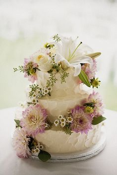 Beautiful cake by Ladybumblebee - love the dahlias and daidies on this one