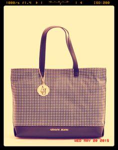 Intramontabile Armani Jeans per un classico in bianco e nero. Scoprila, a 160€! http://www.marsilistore.it/borse/donna/shopping-bag-con-stampa.html #bags #borsemania #SS15 #nuovacollezione