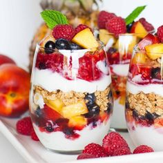 Delicious and easy fruit parfait with yogurt, granola and loads of fresh fruit! This recipe is perfect for breakfast, snack or as a fruit dessert! Fruit Parfait, Granola Parfait, Yogurt And Granola, Crunchy Granola, Cereal Recipes, Dessert Recipes, Fruit Dessert, Brunch Recipes, Sundae Recipes