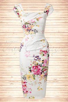Deze50s Cara Seville Dress in Cream Floral Printvan The Pretty Dress Company is een spetterende pencil dress in een super elegante snit met een sprankelende bloemenprint: elke jurk is uniek!  Uitgevoerd in een crèmekleurige afkledende stevige luxe stretch katoenmix voor een perfecte pasvorm! Vierkante halslijn met een gedrapeerd overslagje op de voorzijde en korte kapmouwtjes.De top is geschikt voor zowel een bescheiden als een flinke boezem en het gehele lijfje is ge...