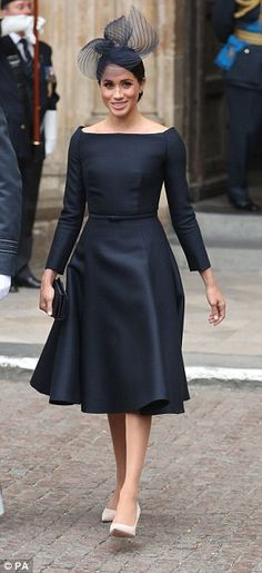 Meghan Markle STUNS in little black dress as she joins royal family Curve ball: Based on the cut and style of Meghan's elegant bateauneck frock, royal watcher… Celebrity Inspired Dresses, Celebrity Dresses, African Fashion Dresses, African Dress, Meghan Markle Stil, Robes D'occasion, Estilo Real, Boat Neck Dress, Inspirational Celebrities