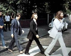 The Beatles gathered at EMI Studios on the morning of Friday 8 August 1969 for one of the most famous photo shoots of their career. Photographer Iain Macmillan took the famous image that adorned their last-recorded album, Abbey Road Foto Beatles, Les Beatles, Beatles Photos, Beatles Bible, Abbey Road, Studios, Famous Photos, Great Albums, Rockn Roll