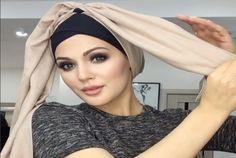 Vous n'avez pas assez de temps à perdre devant votre miroir en se demandant quel Style de Hijab choisir, comment bien Porter le Hijab rapidement ?! Voici dans cet article un Tutoriel de Hijab Chic que vous pouvez réaliser vous-même en moins de 5 minutes. Inspirez vous !  Всем привет ☺️Новый способ как завязать …