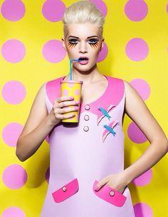 Inspiratie houding persoon, kleurgebruik (gele achtergrond met roze bollen).