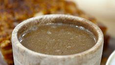 Når ribba serveres, er sausen viktig. Denne lages med kraft fra grønnsaker og ribbeavskjær pluss kraft fra steking av ribba.