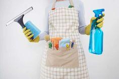 Nettoyer une porte de douche avec de l'assouplisseur.