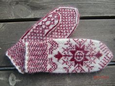 Ravelry: Project Gallery for Anundsjövante pattern by Solveig Larsson Knitted Mittens Pattern, Knitted Gloves, Knitting Socks, Crochet Mittens, Hand Knitting, Knit Crochet, Wrist Warmers, Hand Warmers, Knitting Charts