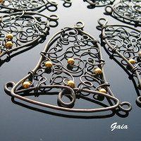 Zboží prodejce Gaia / Zboží | Fler.cz Wire Crafts, Christmas Crafts, Christmas Ornaments, Crochet Earrings Pattern, Wire Ornaments, Wire Jewelry Designs, Wire Pendant, Handmade Wire, Christmas Jewelry