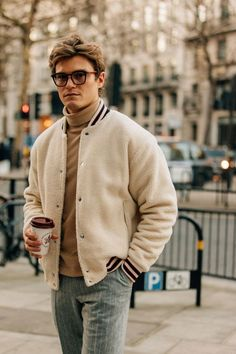 How London Fashion Week's Most Stylish Guys Dress for Winter Pant gri cu dungulite aurii, helanca caramel, jacheta maro-gri cu fermoar Al/geaca blana maro, doble monk/ghete Tomy Source by London Fashion Weeks, Gq, Best Street Style, Cool Street Fashion, Street Chic, Mode Masculine, Fall Fashion Outfits, Winter Fashion, Fashion Ideas