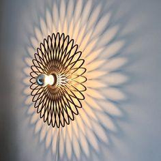 Das Ornament besteht aus 3 mm gelasertem MDF-Holz natur. Ist die Lampe eingeschaltet strahlt sie ein wunderschönes Schattenbild ab und das Objekt erweiert sich um 70 % der Gesamtgröße. Zu bestücken...