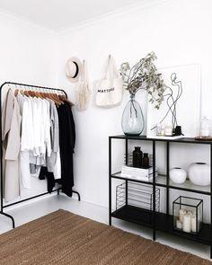 Zo voeg je zwart op een subtiele manier toe in je interieur - Alles om van je huis je Thuis te maken Home Decor Bedroom, Bedroom Furniture, Farmhouse Furniture, Modern Bedroom, Master Bedroom, Minimalist Home, Small Minimalist Bedroom, Minimalist Lifestyle, My New Room