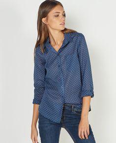 Camisa azul estampada, con manga larga.