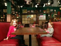 Satyana and Keeva on the set of HIMYM.