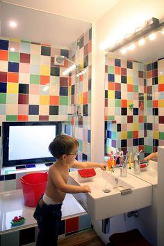 die tegelkes zijn super! Bathroom Kids, Small Bathroom, Bathrooms, Tile Laying Patterns, Restroom Design, Color Tile, Colour, Tiny House Design, Kitchen Backsplash