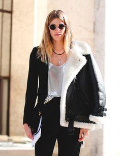 Street style look preto com jaqueta gola peluda e blusa prateada