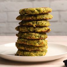 These delicious vegan zucchini fritters are crispy on the outside and moist on the inside with a perfect savory flavor. Quick and easy light meal. Vegan Zucchini Fritters, Vegan Zucchini Recipes, Vegan Foods, Vegan Dishes, Easy Vegan Dinner, Vegan Dinner Recipes, Whole Food Recipes, Vegan Menu, Waffel Vegan