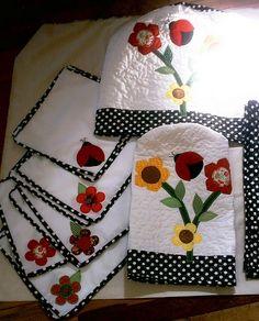 Conjunto de cocina con tela de lunares blancos y negros