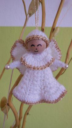 Schöne Weihnachts-Deko kann man nie genug haben. << Hol Dir die gratis Anleitung für Weihnachts-Engel // Weihnachts-Deko + leg jetzt los mit der Häkelnadel.