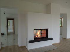 Eine ganz heiße Sache. Durchsichtkamin zwischen Küche und Wohnzimmer. #Durchsichtkamin #Tunnelkamin #Raumteiler #Ofenkunst #moderner Kamin #moderner Heizkamin #fireplace