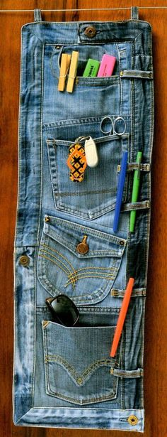 How to recycle an old bluejeans into an organiser. Look for jeans at your local – 2019 - Denim Diy Jean Crafts, Denim Crafts, Diy Jeans, Denim Bags From Jeans, Fabric Crafts, Sewing Crafts, Sewing Projects, Denim Ideas, Creation Couture