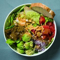 今、野菜たっぷりで満足のランチサラダが今アツい!もうテーブルの脇役と思うなかれ。おいしくボリューミーに進化を遂げたごちそうサラダが、恵比寿・表参道・代官山に集結しているんです。