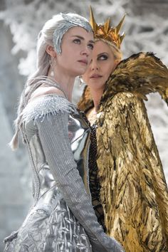 """Emily Blunt as the Ice Queen Freya and Charlize Theron as the evil Queen Ravenna from """"The Huntsman: Winter's War"""" Colleen Atwood, Emily Blunt, Charlize Theron, Chris Hemsworth, Bild Girls, Costume Original, Illustration Fantasy, Queen Ravenna, Snowwhite And The Huntsman"""