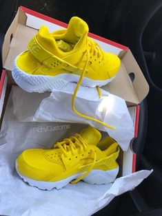 watch 60233 df3b5 Sun Yellow Huaraches 💛⛅ . Skor SneakersNike ...