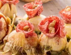 Approfitta della stagione dei primi fichi grandi e di una buona finocchiona toscana per preparare un antipasto primaverile facile e veloce.