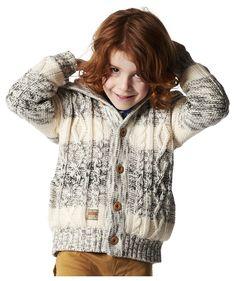 Grob gestrickte Jungenjacke Otto mit Holzknöpfen und kuschelig weichem Teddyfutter. Mit breitem Zopfmuster und Applikation am Ärmel. Lässig, warm und angenehm zu tragen.