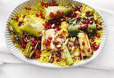 Curcuma-Reis mit Lauch, Mandeln und Granatapfelkernen Quick Recipes, Quick Easy Meals, Pasta Salad, Cabbage, Vegetables, Ethnic Recipes, Food, Fast Meals, Souffle Dish