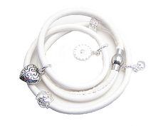 Super flot læder armbånd du selv kan lave, og mange ideer til hvordan du laver flotte vedhæng, se her: http://www.janehof.dk/armbnd/3628-slynge-armbnd-du-kan-skifte-charms_3628.html