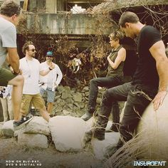 Shailene Woodley and Theo James talk through a scene BTS of Insurgent Divergent Fan Art, Divergent Trilogy, Divergent Insurgent Allegiant, He Chose Me, Tris And Four, Veronica Roth, Shailene Woodley, Theo James, Me Tv