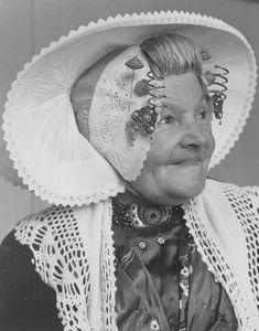 Mevrouw Teune-De Koning uit Middelburg, gekleed in de streekdracht van Nieuw- en St. Joosland. De oorijzerhangers zijn naar achteren aan de ondermuts gespeld, zodat ze niet voor de ogen hangen. 1956 #NieuwStJoosland Historical Hairstyles, Norwegian Style, Bride Of Christ, Folk Costume, My Heritage, Christian Women, Diy Costumes, Headgear, Vintage Beauty