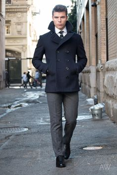 Celebrity Menswear Stylist, Ashley Weston, shows you how should an Overcoat or Peacoat fit. How long should a peacoat or overcoat be, etc. Mens Wardrobe Essentials, Men's Wardrobe, Capsule Wardrobe, Peacoat Outfit, Mens Peacoat, Caban Bleu Marine, Black Overcoat, Well Dressed Men, Menswear