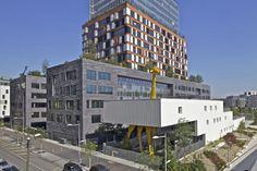 O mais novo prédio de Boulogne-Billancourt, em Paris. Idealizado pelo estúdio Hondelatte Laporte Architectes, a creche possui uma girafa amarela gigantesca como parte da estrutura do edifício.
