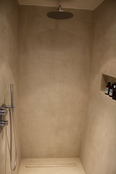 Alternative tadelakt: Mortex We like the shower fittings and the shelf