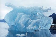 アラスカに魅せられた写真家が、 ライフワークとして生涯をかけて撮りたいと語る氷河の魅力 ルコント氷河から流れ出た氷山。高潮で浅瀬に取り残されたものだ。 氷河の内部。封印された時間が描いた神秘的な青の世界が広がる。 現在もデジタルではなく、フィルムにこだわって撮影する石塚さん。 「日本人以外のさまざまな国の方に