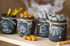 Tarros de Halloween pintados con chalk paint y decorados con tiza. Una manualidad de Halloween para que los niños incluyan en su fiesta