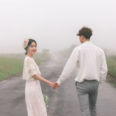 Trong hình ảnh có thể có: 1 người, đang đứng và ngoài trời Pre Wedding Poses, Pre Wedding Photoshoot, Couple Posing, Couple Shoot, Wedding Photography Poses, Couple Photography, Foto Wedding, Korean Wedding, Relationship Goals Pictures