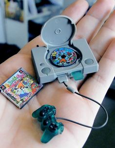 Funny pictures about Tiny PlayStation. Oh, and cool pics about Tiny PlayStation. Also, Tiny PlayStation photos. Mini Choses, Accessoires Lps, Poupées Our Generation, Videogames, Mini Craft, Miniature Crafts, Miniature Food, Miniture Things, Small World