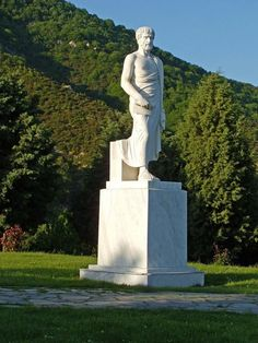 Ο Μαρμάρινος ανδριάντας του Αριστοτέλη στο ομώνυμο θεματικό πάρκο, που βρίσκεται στην γενέτειρα του Φιλοσόφου, στα Στάγειρα Χαλκιδικής !  Marble Statue of Aristoteles - Aristotele's theme Park in Stagira of Chalkidiki region - Macedonia Greece