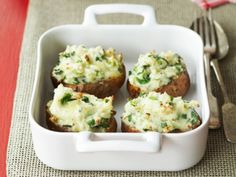 A mouth-watering mixture that tastes amazing on oven-baked potatoes Potato Side Dishes, Vegetable Side Dishes, Parmesan Bratkartoffeln, Cheesy Leeks, Baked Potato Toppings, Parmesan Roasted Potatoes, Baked Potatoes, A Food, Food And Drink