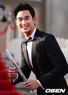 awesome Handsome Kim Soo Hyun at the ceremony 50th Baeksang Awards (May 27, 2014)