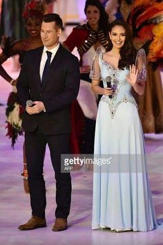 Tim Vincent (L) and Miss World 2013 Megan Young (R) present the grand final of the Miss World 2014 pageant. (Photo by AFP/Leon Neal) Grad Dresses, Event Dresses, Fall Dresses, Nice Dresses, Modern Filipiniana Gown, Filipiniana Wedding, Miss World, Wedding Entourage Gowns, Filipino Fashion
